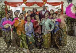 Programme Name: Dara and Ed's Asian Adventure - TX: n/a - Episode: Dara and Ed's Asian Adventure - ep 1 - Malaysia (No. 1) - Picture Shows: with Baba Nyonya dancers at a Peranakan feast. Ed Byrne, Dara O Briain - (C) Fremantlemedia - Photographer: Adrian Goss